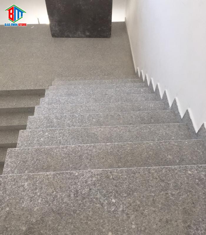 Ưu điểm của đá ốp cầu thang